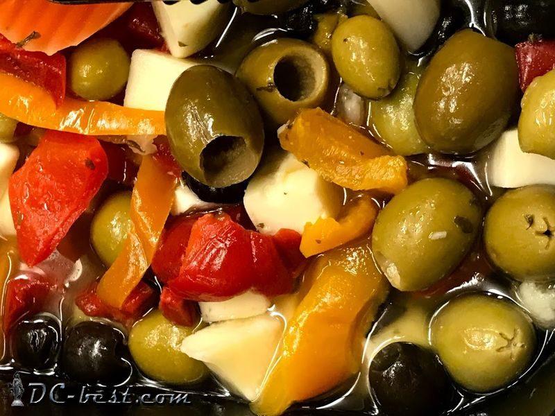 Салат из оливок, сыра, болгарского перца в маринаде